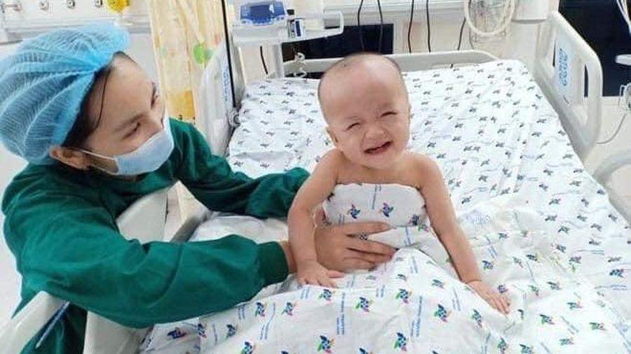 Siêu đáng yêu với hình ảnh hai bé Trúc Nhi và Diệu Nhi chống cằm cười tít mắt