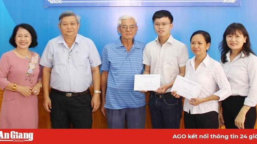 Trao tài trợ cho sinh viên Mai Văn Hiếu thực hiện nghiên cứu sinh tại Hàn Quốc