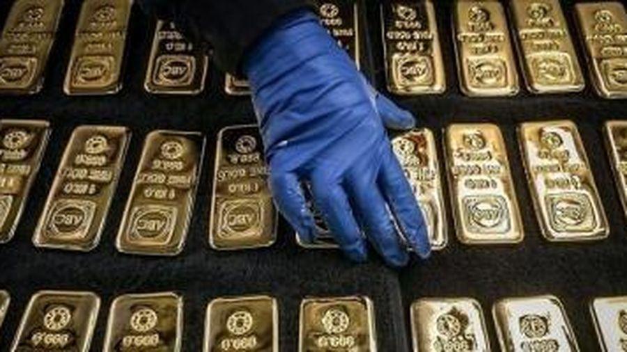Giá vàng hôm nay (10/8): Vàng thế giới sắp mất mốc 2.000 USD, nhiều người lỗ nặng