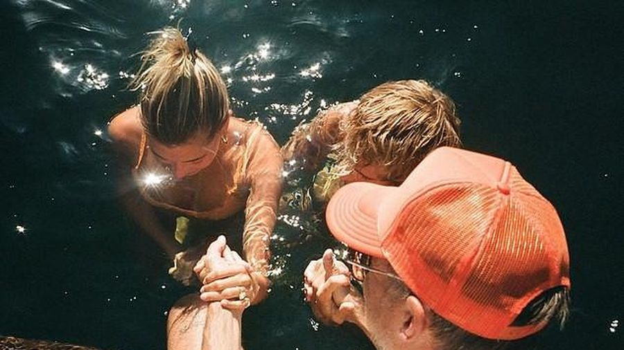 Justin Bieber và vợ xinh đẹp thực hiện lễ rửa tội dưới nước