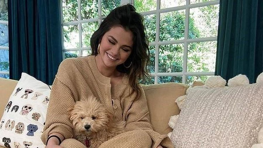 Selena Gomez xinh đẹp chơi đùa cùng cún cưng trong biệt thự triệu đô