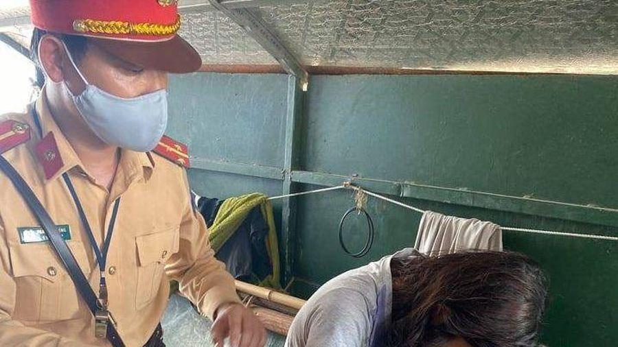 CSGT Hà Nội cùng người dân kịp thời cứu cô gái trẻ nhảy cầu Chương Dương tự tử