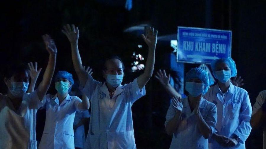 Xúc động bác sĩ và người dân khu phong tỏa hát vang lúc 0 giờ