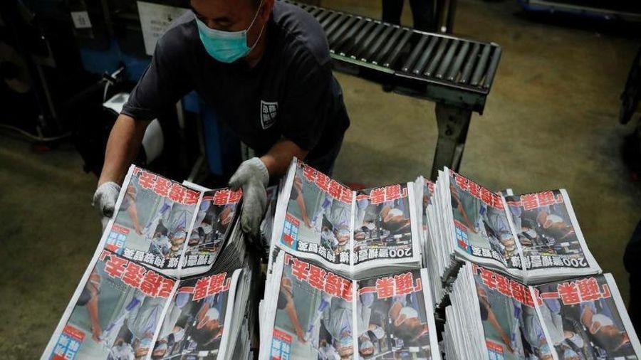 Tờ Apple Daily thề 'đấu tranh đến cùng' sau khi chủ bị bắt