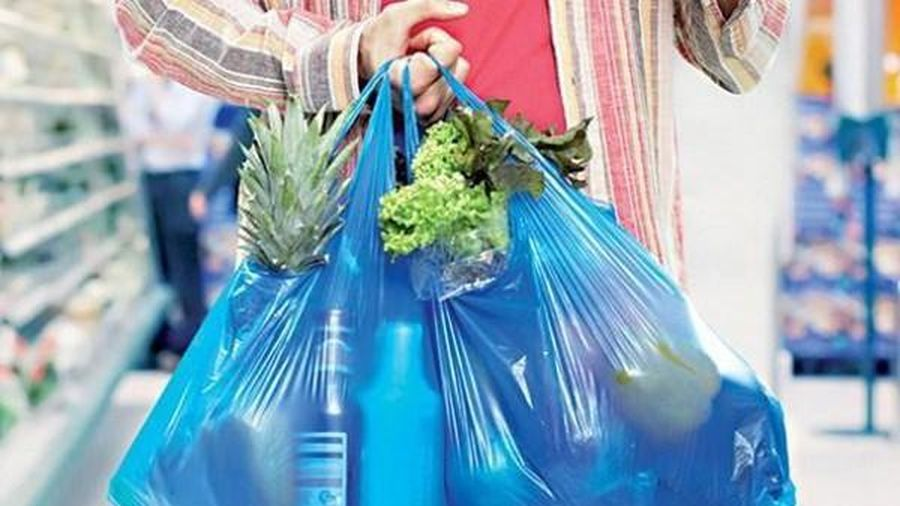 Anh: Bị tính phí, lượng túi nhựa dùng một lần giảm 95%