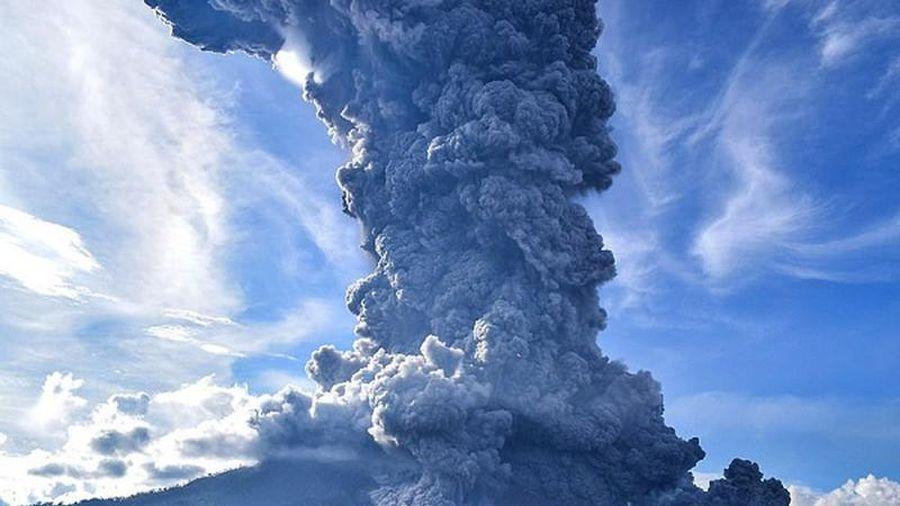 Cảnh hãi hùng núi lửa Indonesia 'thức giấc', phun trào khói bụi