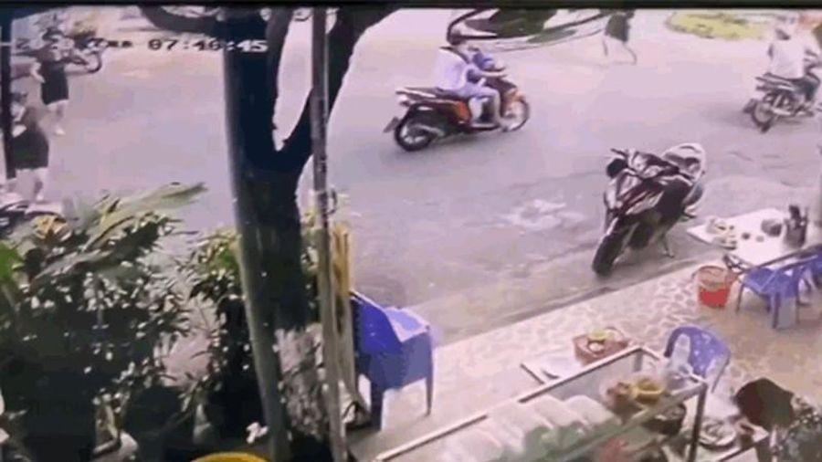 Clip: Thanh niên 'biến thái' bị dân chặn đầu, vây bắt như phim hành động