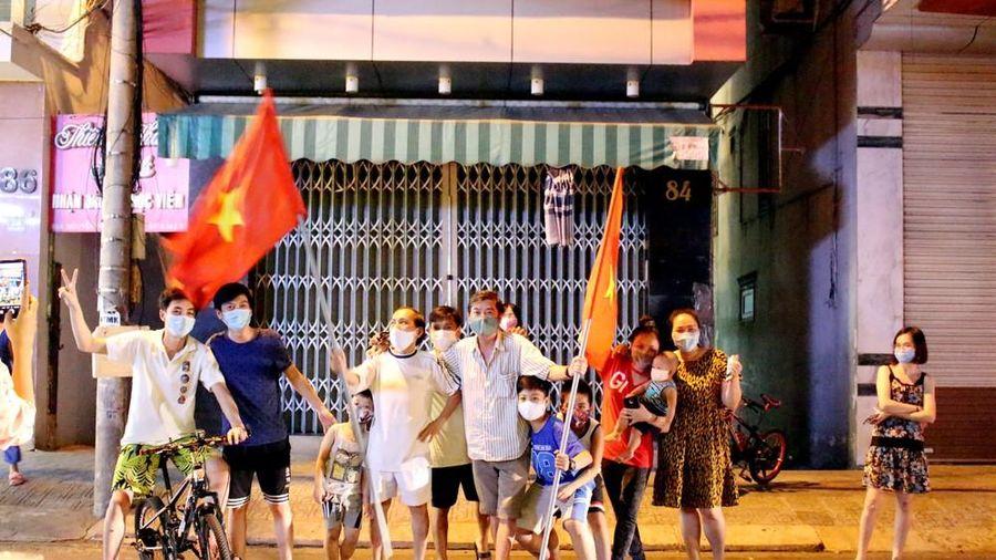 Người dân Đà Nẵng hát vang, vẫy cờ thời điểm gỡ phong tỏa