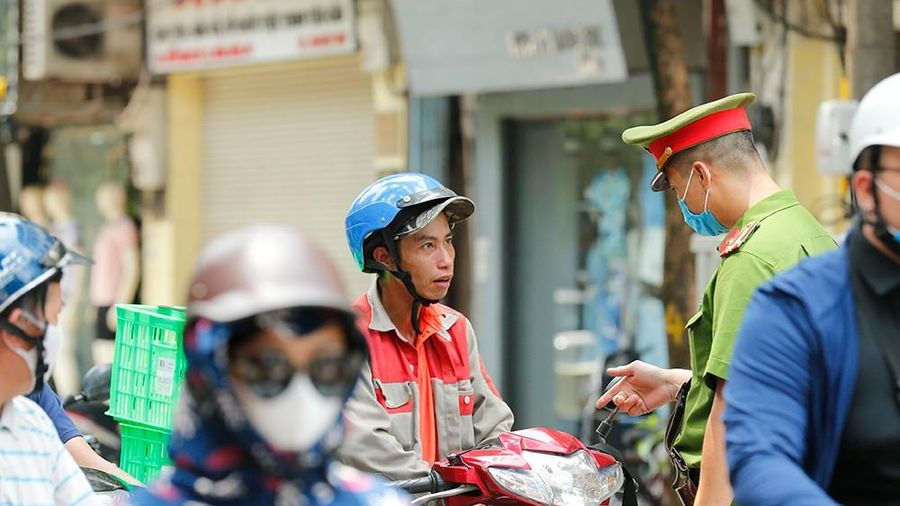 Công an Hà Nội xử phạt nhiều người không tuân thủ 'lệnh' đeo khẩu trang