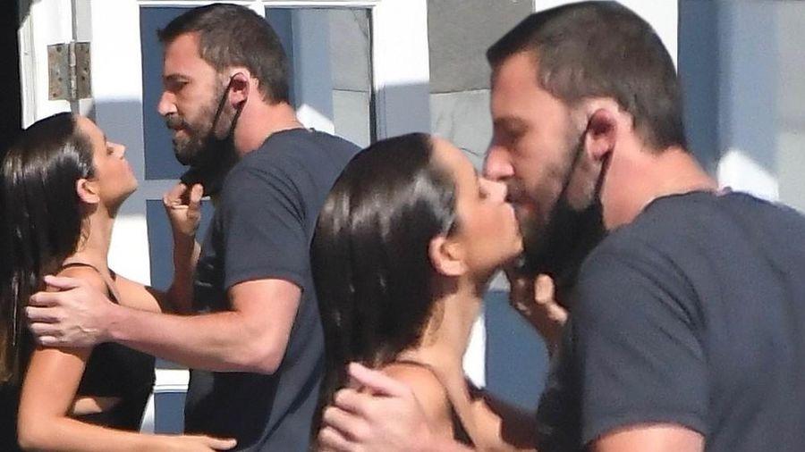 Ben Affleck đắm say hôn bạn gái mới trong khi vợ cũ bị nghi hẹn hò Bradley Cooper