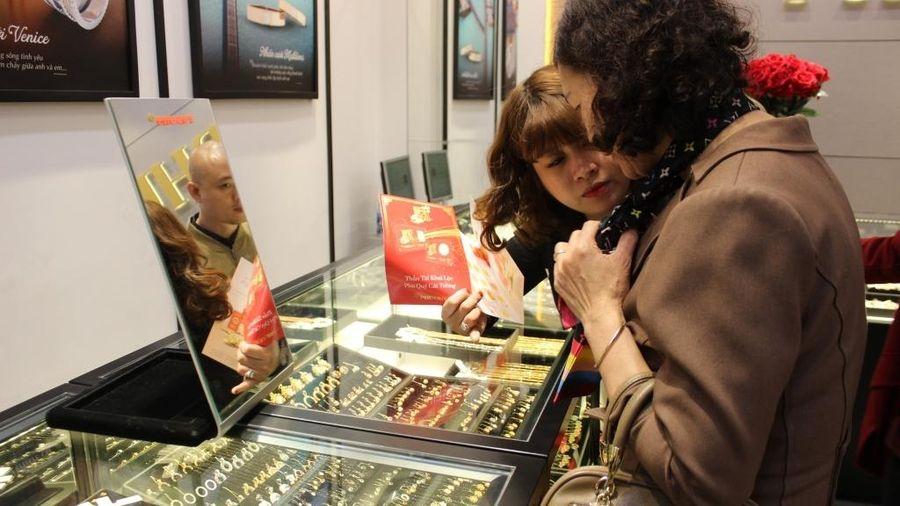 Giá vàng 'rơi' khỏi mốc 58 triệu đồng/lượng, người mua vàng lỗ nặng