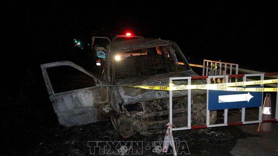 Xe 7 chỗ cháy trơ khung khi đang lưu thông, xác pháo vương vãi xung quanh