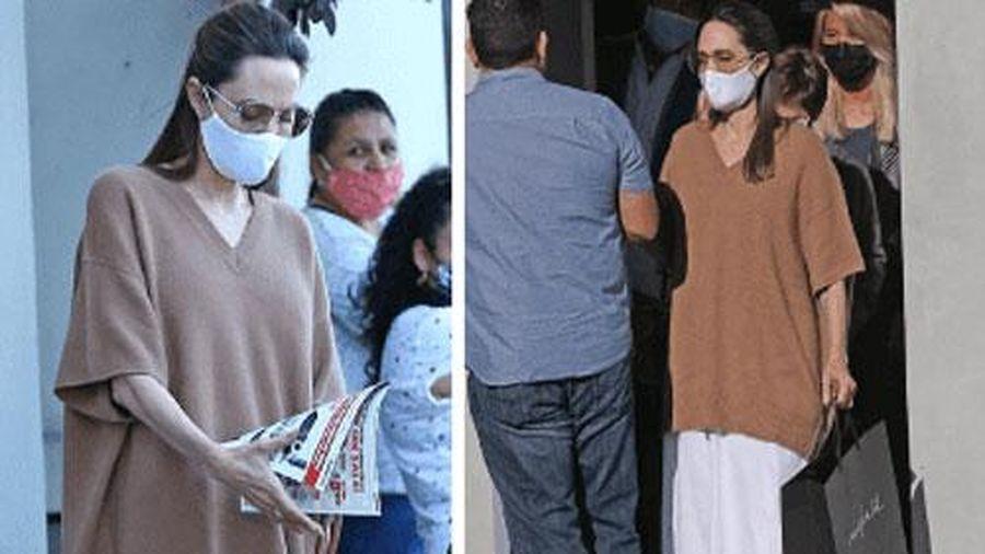 Angelina Jolie được ví như 'bộ xương di động' trong bộ trang phục rộng thùng thình
