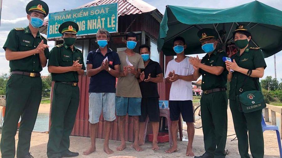Quảng Bình: 8 ngư dân bị chìm tàu được cứu an toàn