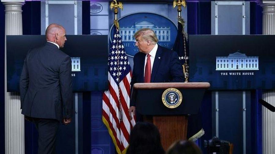 Tổng thống Trump bị tạm ngừng họp báo vì nổ súng ngoài Nhà Trắng