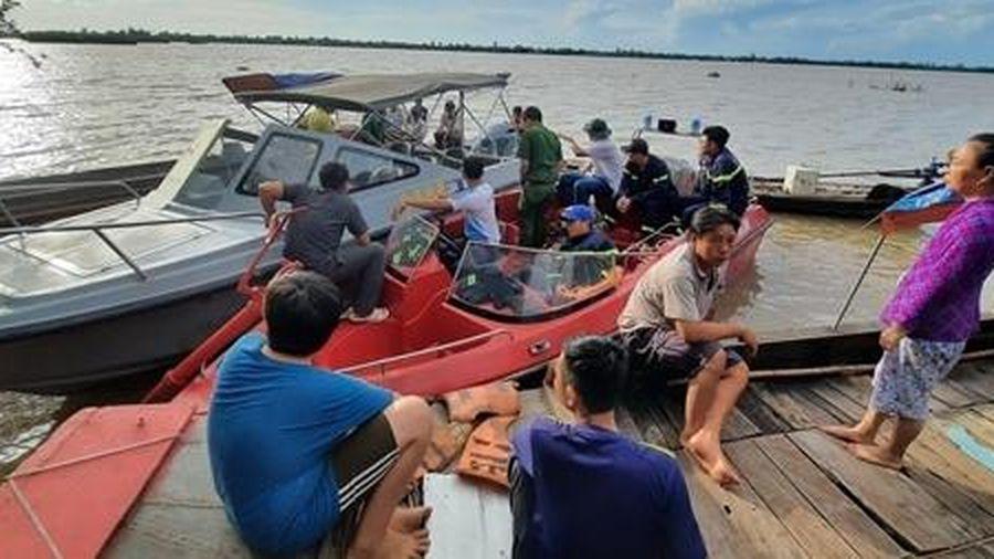 Tìm kiếm nam thanh niên mất tích khi câu cá trên sông