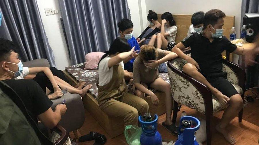 Nhóm nam nữ ở Đà Nẵng tụ tập ăn nhậu và hút bóng cười
