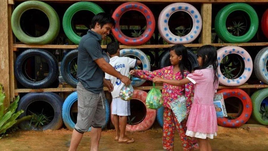 Những đứa trẻ thu thập rác để đóng học phí tiếng Anh