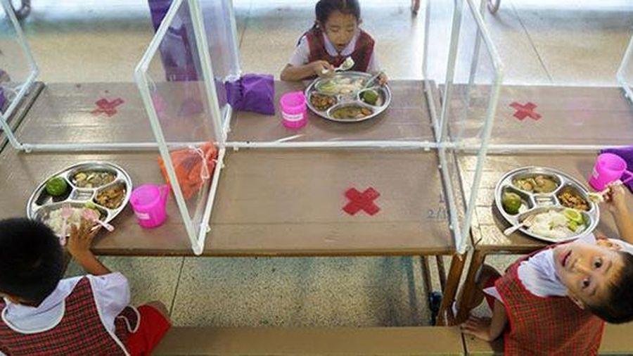 Trẻ mầm non Thái Lan ngồi học trong buồng nilon