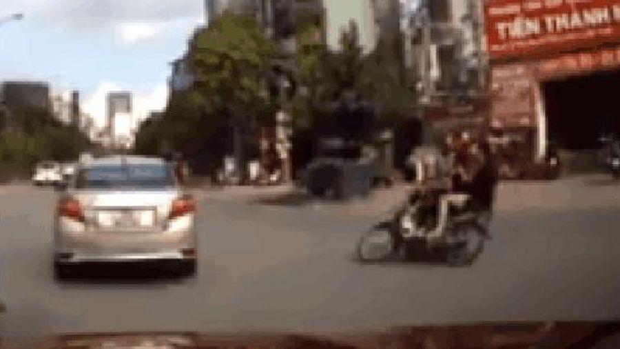 Phóng xe bạt mạng lao vào ô tô, thanh niên thấy tài xế xuống xem thì vứt xe chạy thục mạng