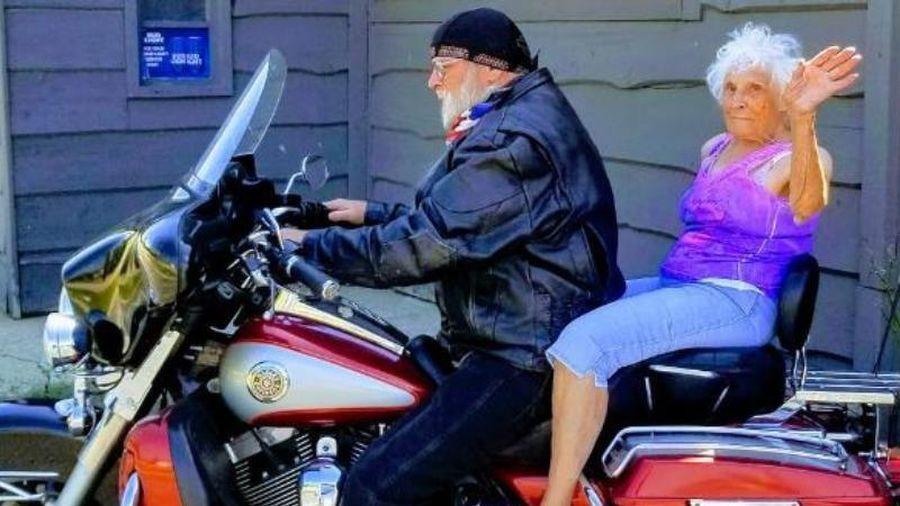 Cụ bà 103 tuổi thực hiện ước mơ xăm hình và đi chơi bằng mô tô