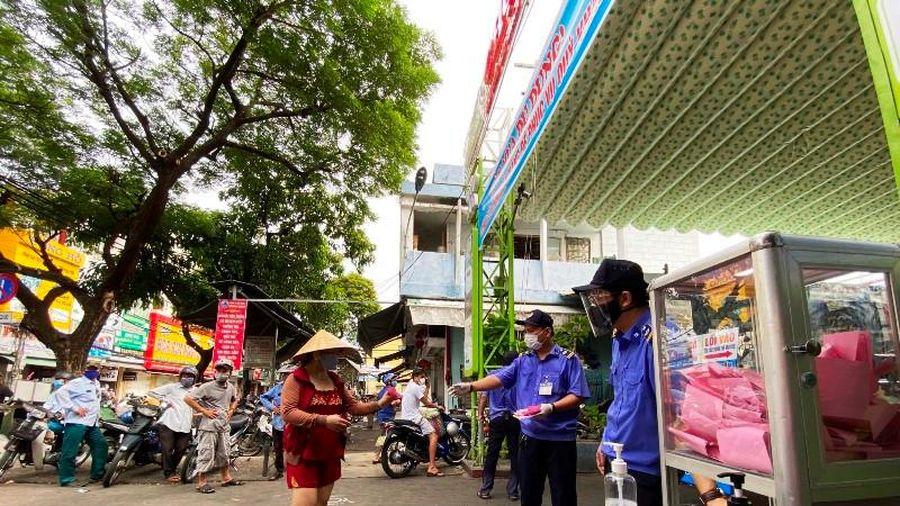 Người dân Đà Nẵng đi chợ bằng phiếu thời giãn cách