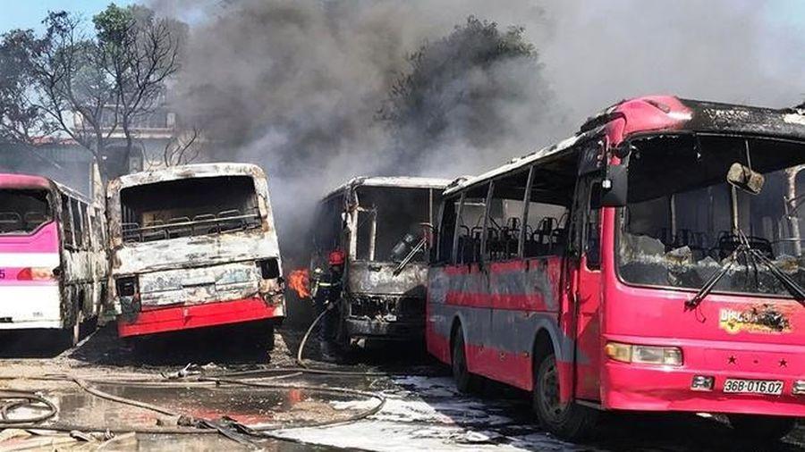 Thanh Hóa: Cháy lớn thiêu rụi 6 ô tô chở công nhân