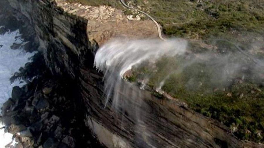 Tròn mắt xem thác nước chuyển hướng chảy ngược lên trời giữa gió bão