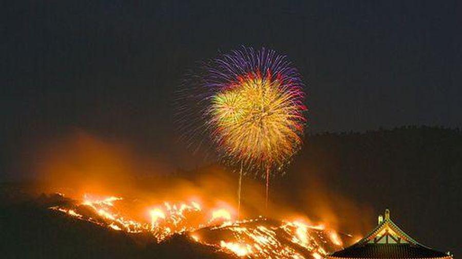 Những giả thuyết về nguồn gốc của lễ hội 'đốt núi' kỳ lạ ở Nhật Bản