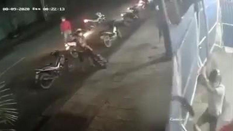 Hơn chục thanh niên vác hung khí chém nhân viên, đập phá quán nhậu ở Sài Gòn