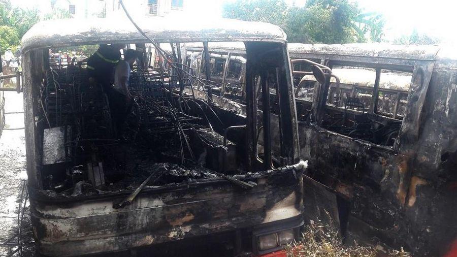 Hàng loạt xe chở công nhân bốc cháy dữ dội