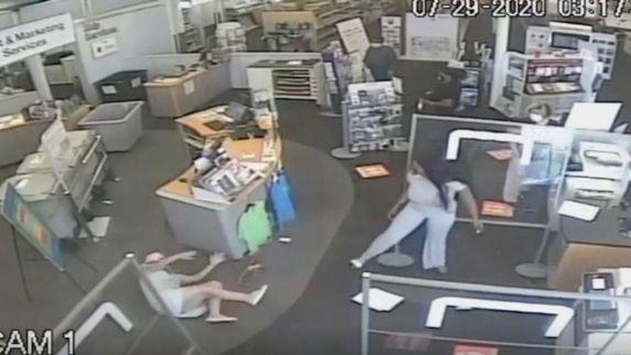 Yêu cầu khách đeo khẩu trang đúng cách, người phụ nữ bị quật ngã xuống sàn nhà