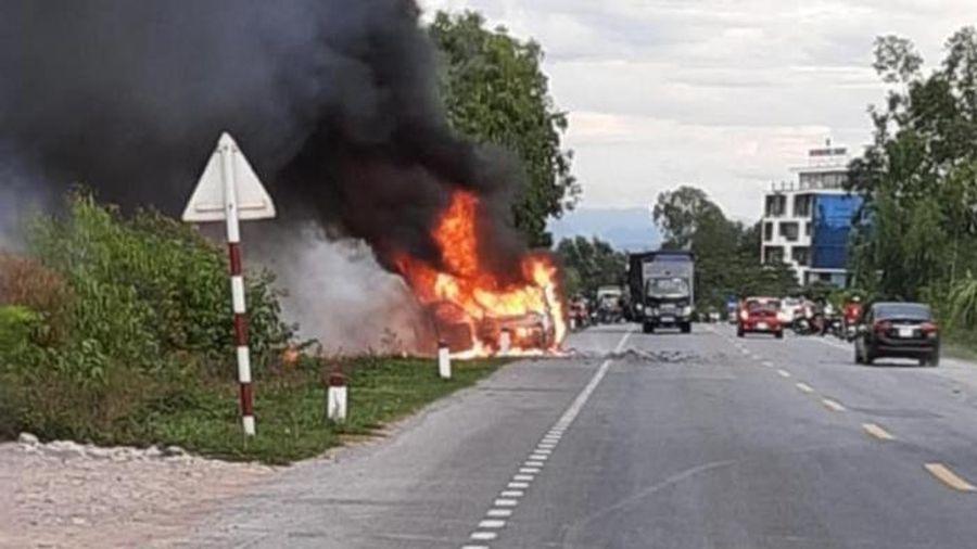 Tin tức tai nạn giao thông (TNGT) nóng nhất chiều 12/8: Ô tô 7 chỗ bất ngờ nổ lớn, cháy ngùn ngụt giữa đường tránh TP Đồng Hới
