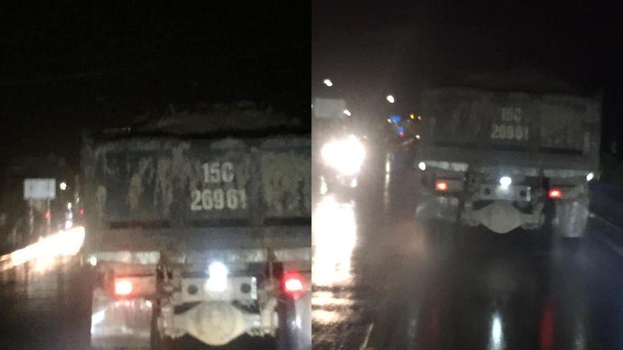 Xe tải làm rơi phế thải thành mô, thành đống trên cầu Chương Dương