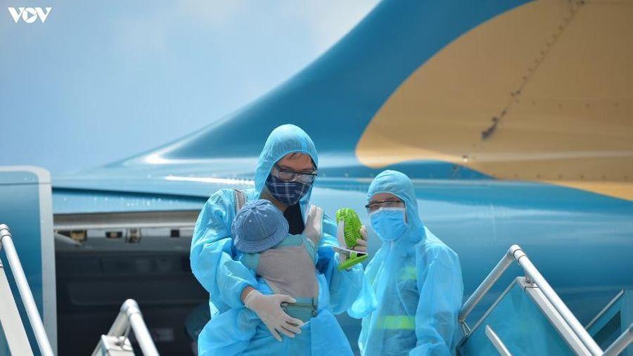 Du khách 'mắc kẹt' tuân thủ nghiêm phòng dịch từ Đà Nẵng về sân bay Nội Bài
