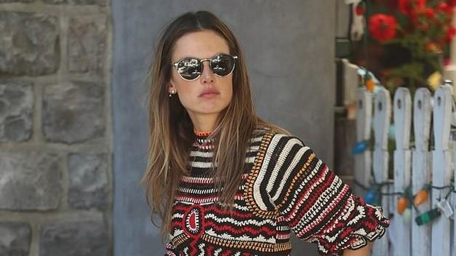 Alessandra Ambrosio khoe chân thon dáng đẹp, một mình đi ăn trưa ở Mỹ
