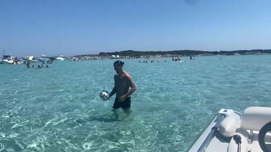 Ibrahimovic ghi siêu phẩm 'xe đạp chổng ngược' trên...biển
