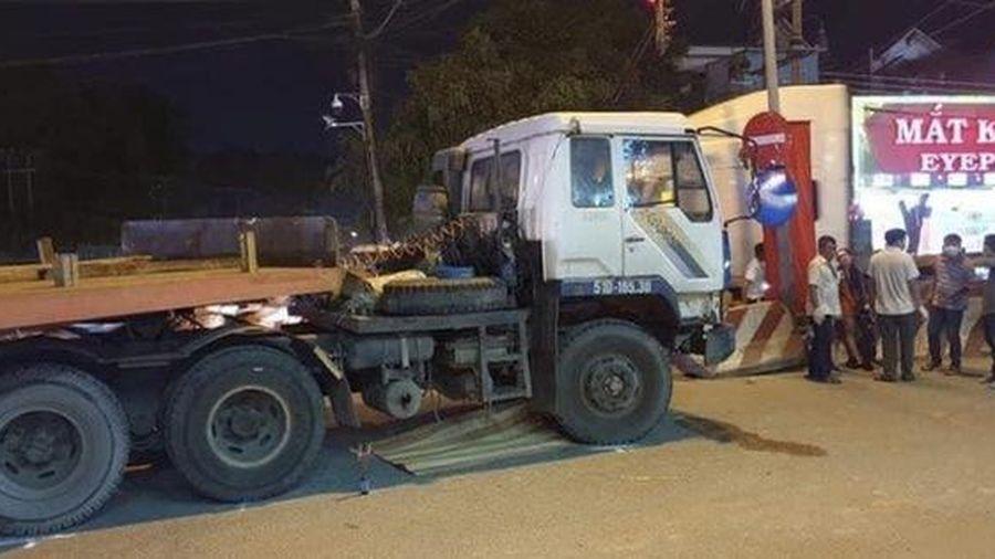 Tai nạn thương tâm: Đi bán vé số với mẹ và anh trai, bé 2 tuổi bị container cán tử vong