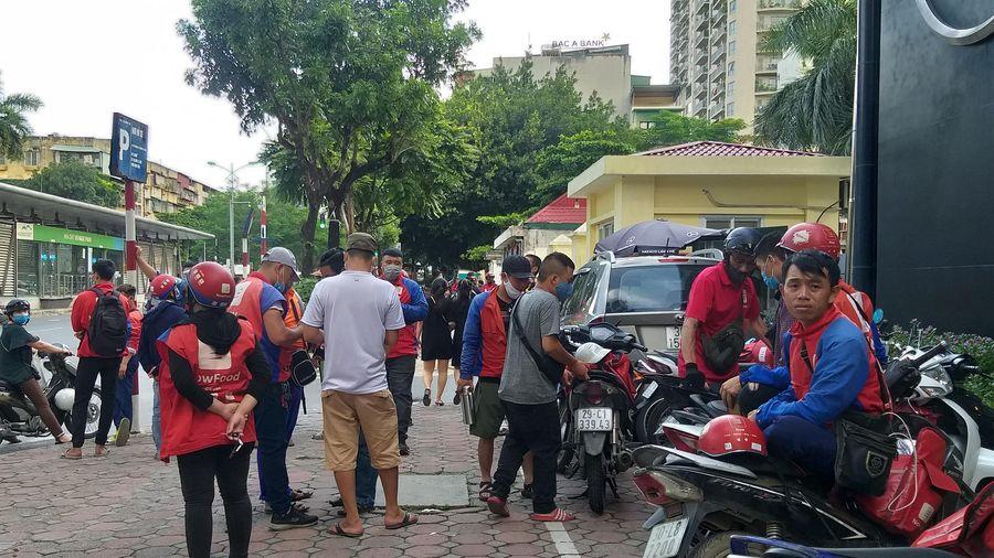 Hà Nội: Hàng trăm shipper Now đình công, 'quây' trụ sở phản đối chính sách hoa hồng bèo bọt