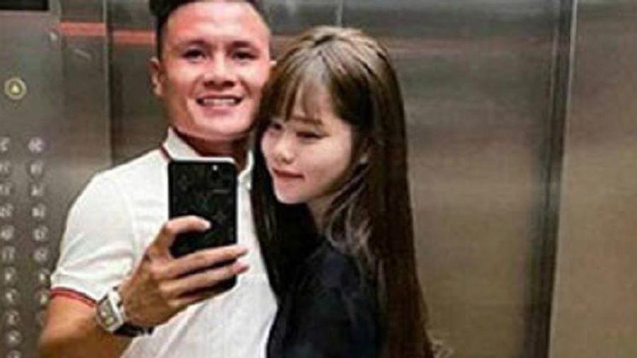 Quang Hải xỏ sandal khiến Huỳnh Anh không nhịn được cười