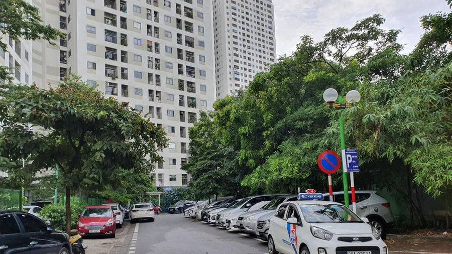 Cận cảnh bãi gửi xe tạm lách luật 'xẻ thịt' vỉa hè Thủ đô