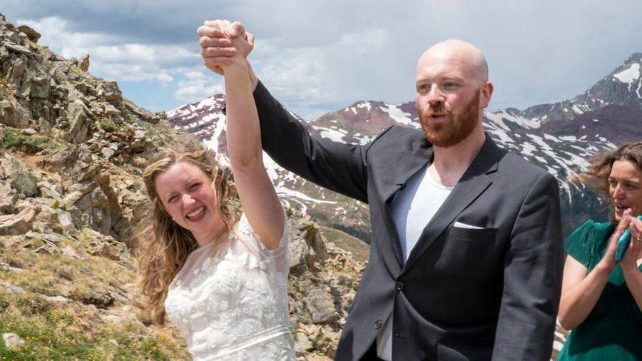 Cặp đôi tổ chức đám cưới trên đỉnh núi gần 4.000 mét