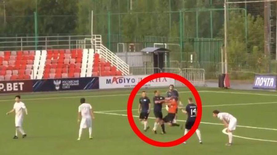 Cựu đội trưởng tuyển Nga tung cú đấm, trọng tài đổ gục trên sân