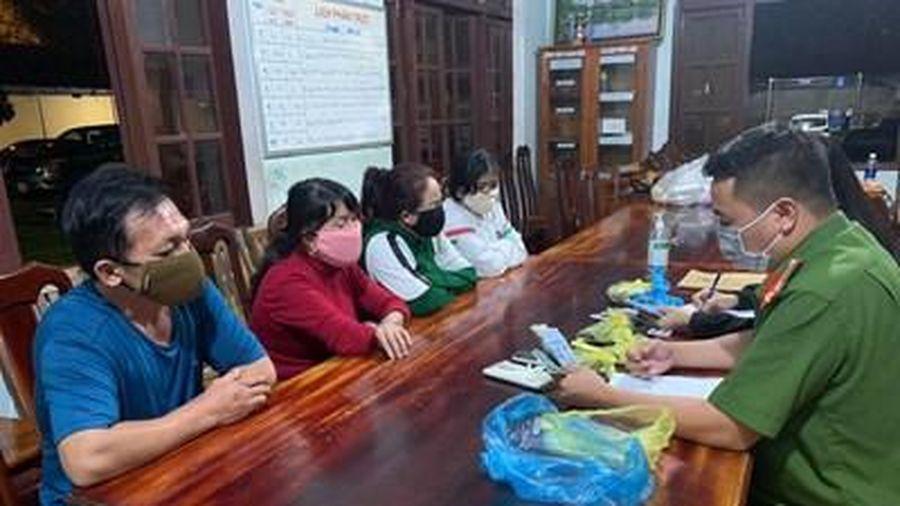 Bắt quả tang nhiều phụ nữ đang 'say sưa' đánh bạc giữa đại dịch