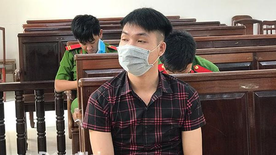 Cướp giật của người nước ngoài, bị cáo lãnh 4 năm tù
