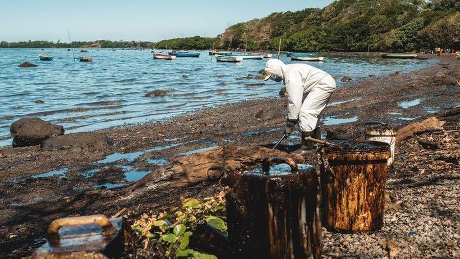 Hàng nghìn tấn dầu đổ ra biển, 'thiên đường du lịch' Mauritius kêu cứu