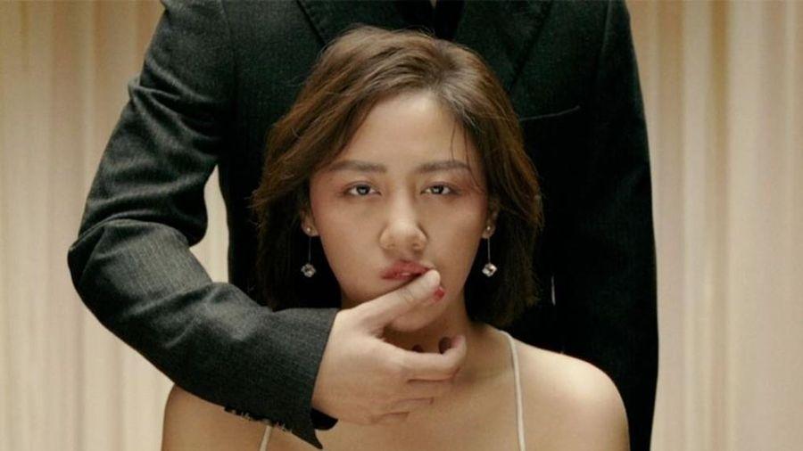 Văn Mai Hương bật khóc, ôm chặt người đàn ông bí ẩn trong teaser MV 'Đốt'