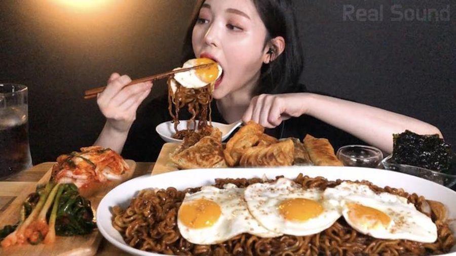 Vlogger ẩm thực Trung Quốc bị cấm vì... lãng phí thức ăn