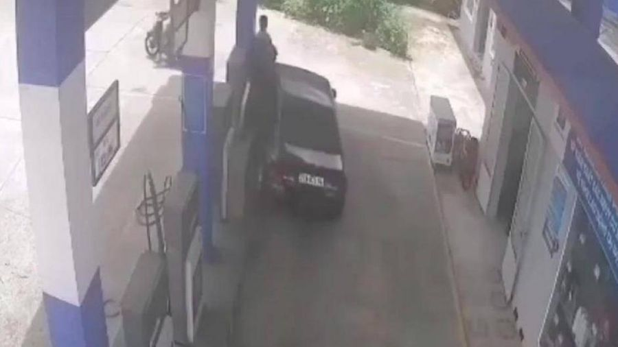 Người phụ nữ đạp nhầm chân ga khi vào bơm xăng, suýt gây họa lớn