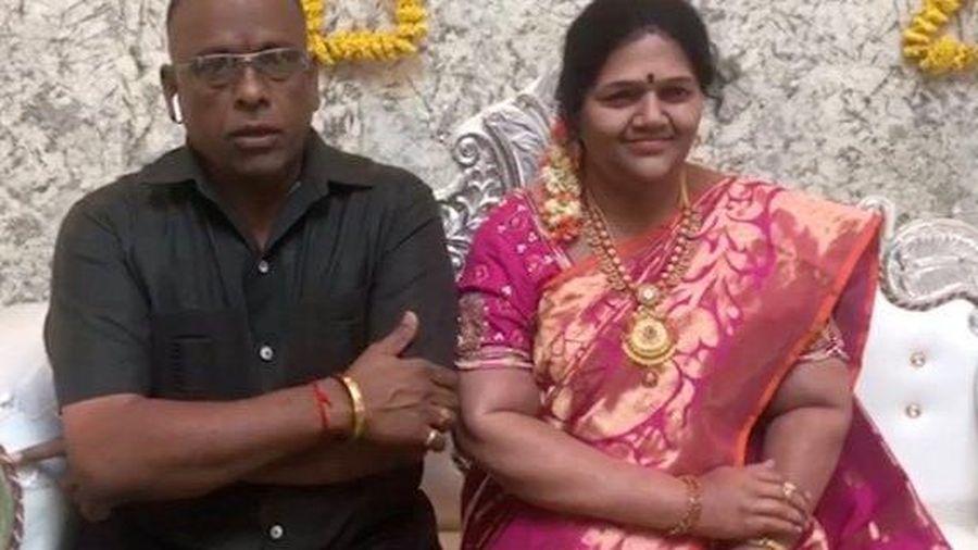 Chồng tạc tượng vợ đã khuất, đặt trong nhà để ăn mừng tân gia
